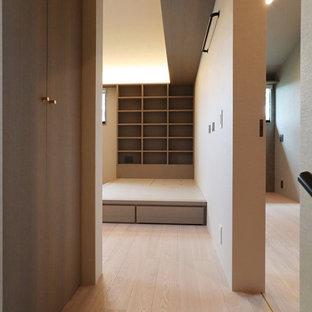 Ejemplo de recibidores y pasillos papel pintado y papel pintado, minimalistas, pequeños, con paredes beige, suelo de madera clara, suelo beige, papel pintado y papel pintado