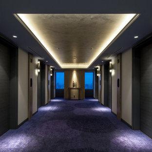 Стильный дизайн: огромный коридор в скандинавском стиле с коричневыми стенами, ковровым покрытием, фиолетовым полом, потолком с обоями и панелями на стенах - последний тренд