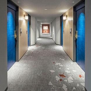 Idéer för en mycket stor skandinavisk hall, med vita väggar, heltäckningsmatta och grått golv