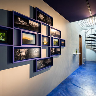 他の地域のコンテンポラリースタイルのおしゃれな廊下 (青い壁、青い床) の写真