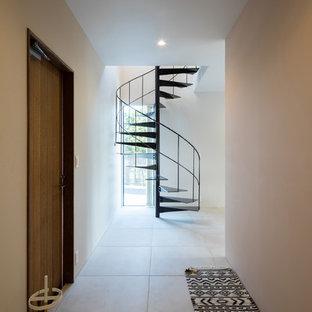 他の地域のコンテンポラリースタイルの廊下の画像 (白い壁、コンクリートの床、グレーの床)