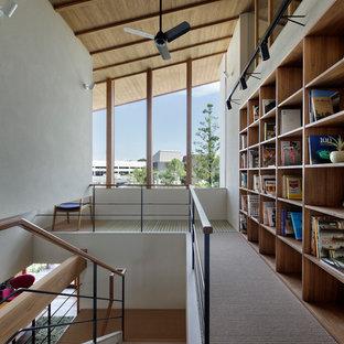 Пример оригинального дизайна: коридор в современном стиле с белыми стенами и ковровым покрытием