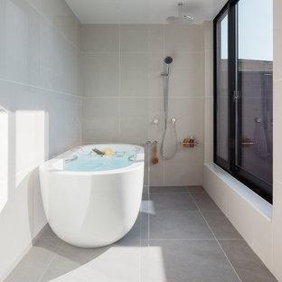 東京都下のコンテンポラリースタイルのおしゃれな浴室 (置き型浴槽、オープン型シャワー、グレーの壁、グレーの床、オープンシャワー) の写真