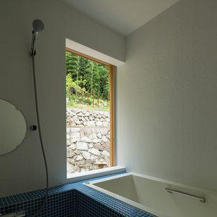 Foto på ett mellanstort vintage vit en-suite badrum, med öppna hyllor, vita skåp, ett platsbyggt badkar, våtrum, en toalettstol med separat cisternkåpa, blå kakel, mosaik, vita väggar, ett integrerad handfat, bänkskiva i akrylsten, grått golv och dusch med gångjärnsdörr