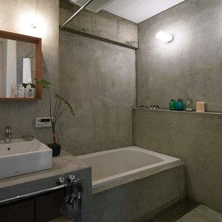 東京23区のコンテンポラリースタイルのおしゃれな浴室 (コーナー型浴槽、オープン型シャワー、グレーの壁、グレーの床、シャワーカーテン) の写真