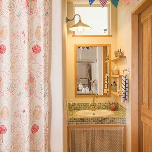 他の地域の小さいアジアンスタイルのおしゃれな浴室 (白い壁、淡色無垢フローリング、オープンシェルフ、オーバーカウンターシンク、タイルの洗面台、茶色い床) の写真