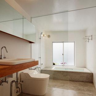 他の地域のコンテンポラリースタイルのおしゃれな浴室 (ドロップイン型浴槽、バリアフリー、白い壁、コンクリートの床、オーバーカウンターシンク、木製洗面台、グレーの床、オープンシャワー、ブラウンの洗面カウンター) の写真