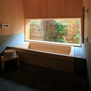 他の地域, のアジアンスタイルのおしゃれなマスターバスルーム (和式浴槽、グレーの壁) の写真