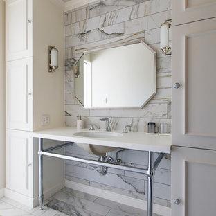 名古屋のヴィクトリアン調のおしゃれな浴室 (落し込みパネル扉のキャビネット、白いキャビネット、コンソール型シンク、ベージュの床、白い洗面カウンター) の写真