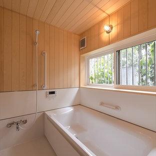東京23区のアジアンスタイルのおしゃれな浴室 (コーナー型浴槽、オープン型シャワー、茶色い壁、白い床、オープンシャワー) の写真
