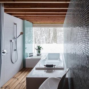 Foto de cuarto de baño principal, asiático, sin sin inodoro, con bañera encastrada, paredes negras, suelo de madera clara y ducha con cortina