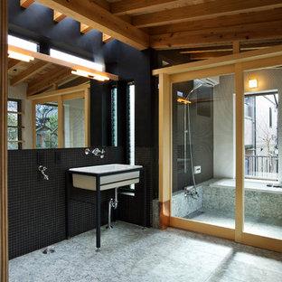 Ejemplo de cuarto de baño asiático con baldosas y/o azulejos negros, paredes negras, lavabo con pedestal y suelo gris