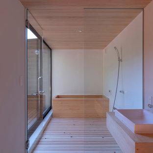 東京都下のコンテンポラリースタイルのおしゃれな浴室 (和式浴槽、段差なし、白い壁、淡色無垢フローリング、ベッセル式洗面器、木製洗面台、ベージュの床、オープンシャワー、ベージュのカウンター) の写真