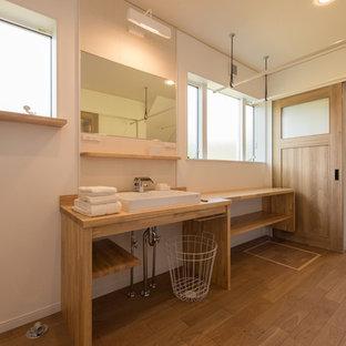 他の地域のコンテンポラリースタイルのおしゃれな浴室 (白い壁、無垢フローリング、ベッセル式洗面器、木製洗面台) の写真