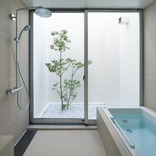 東京23区のモダンスタイルのおしゃれなマスターバスルーム (ドロップイン型浴槽、洗い場付きシャワー、ベージュのタイル、ベージュの壁、ベージュの床、オープンシャワー) の写真