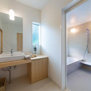 他の地域のコンテンポラリースタイルのおしゃれな浴室 (フラットパネル扉のキャビネット、中間色木目調キャビネット、白い壁、ベッセル式洗面器、木製洗面台、ベージュの床) の写真