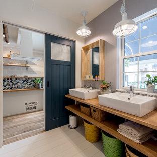 大阪の広いアジアンスタイルのおしゃれなマスターバスルーム (オープンシェルフ、ベージュのキャビネット、グレーの壁、ベッセル式洗面器、木製洗面台、白い床、ベージュのカウンター、洗面台2つ、フローティング洗面台) の写真