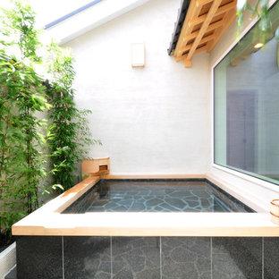 広いアジアンスタイルのおしゃれなマスターバスルーム (和式浴槽、白い壁) の写真
