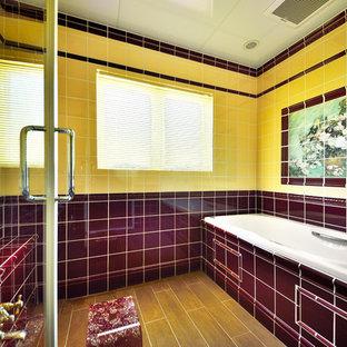 東京都下のトラディショナルスタイルのおしゃれな浴室 (コーナー型浴槽、オープン型シャワー、茶色い床、オープンシャワー) の写真