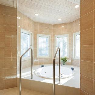 東京都下の広いトラディショナルスタイルのマスターバスルームの画像 (大型浴槽、オレンジのタイル、磁器タイル、オレンジの壁、磁器タイルの床、オレンジの床)