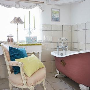 大阪のシャビーシック調のおしゃれな浴室 (猫足浴槽、ベージュのタイル、白い壁、グレーの床) の写真