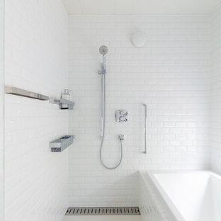 東京23区のコンテンポラリースタイルのおしゃれな浴室 (コーナー型浴槽、オープン型シャワー、白い壁、白い床、オープンシャワー) の写真