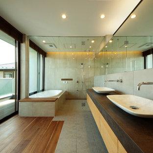日本 東京23区のモダンスタイルの浴室の写真 (フラットパネル扉のキャビネット、中間色木目調キャビネット、コーナー型浴槽、オープン型シャワー、ベージュの壁、ベッセル式洗面器、マルチカラーの床、オープンシャワー)