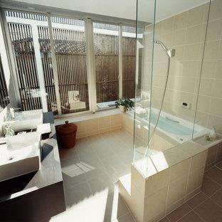 Modelo de cuarto de baño de estilo zen con armarios abiertos, ducha abierta, baldosas y/o azulejos blancas y negros, baldosas y/o azulejos de porcelana, suelo de baldosas de porcelana, lavabo sobreencimera y encimera de madera