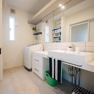 他の地域のコンテンポラリースタイルのおしゃれな浴室 (白いタイル、磁器タイル、ベージュの床、白い壁、ベッセル式洗面器) の写真