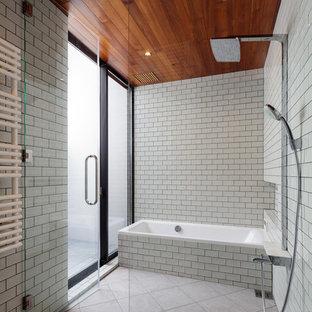 Idee per una stanza da bagno etnica con vasca da incasso, zona vasca/doccia separata, piastrelle bianche, piastrelle diamantate, pareti bianche, pavimento beige e porta doccia a battente
