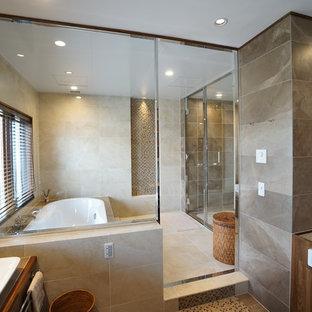 他の地域の広いトラディショナルスタイルのおしゃれな浴室 (コーナー型浴槽、ベージュの壁、大理石の床、ベージュの床、開き戸のシャワー) の写真