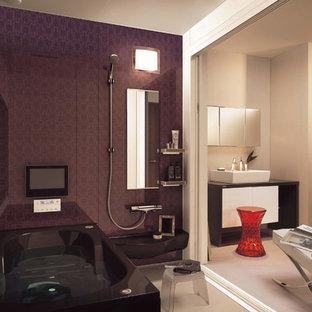 Foto de cuarto de baño rural con bañera esquinera, ducha abierta, paredes púrpuras, lavabo sobreencimera, suelo beige y ducha abierta