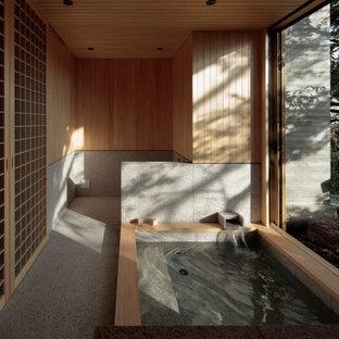 他の地域のアジアンスタイルのおしゃれな浴室 (大型浴槽、グレーのタイル、グレーの床) の写真
