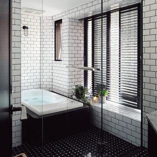 他の地域のコンテンポラリースタイルの浴室・バスルームの画像 (白いタイル、サブウェイタイル、白い壁、開き戸のシャワー)