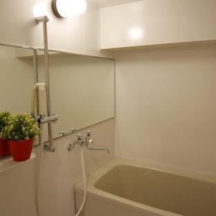 На фото: ванная комната в стиле шебби-шик с синими стенами и полом из фанеры с