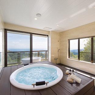 Asiatisches Badezimmer mit Whirlpool, offener Dusche, beigefarbenen Fliesen, beiger Wandfarbe und offener Dusche in Sonstige