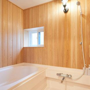 Foto de cuarto de baño principal, machihembrado y madera, rural, de tamaño medio, madera, con jacuzzi, paredes marrones, suelo de linóleo, suelo blanco y madera