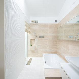 東京23区の北欧スタイルのおしゃれなマスターバスルーム (白いキャビネット、大型浴槽、ダブルシャワー、一体型トイレ、ベージュのタイル、大理石タイル、ベージュの壁、セラミックタイルの床、オーバーカウンターシンク、グレーの床、オープンシャワー、白い洗面カウンター) の写真