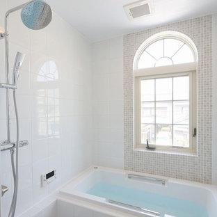 Diseño de cuarto de baño de estilo americano, grande, con baldosas y/o azulejos blancos, baldosas y/o azulejos de porcelana, paredes blancas, suelo de baldosas de porcelana y suelo blanco