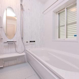 Idee per una stanza da bagno padronale minimalista con vasca/doccia, piastrelle rosa e pavimento marrone