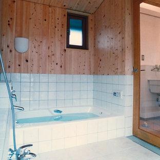 Diseño de cuarto de baño de estilo zen con baldosas y/o azulejos blancos, baldosas y/o azulejos de porcelana, suelo de baldosas de porcelana y suelo blanco