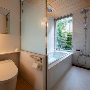 東京23区のモダンスタイルのおしゃれな浴室 (コーナー型浴槽、オープン型シャワー、オープンシャワー、白い壁、白い床) の写真
