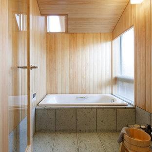 Esempio di una stanza da bagno padronale etnica con vasca da incasso e pareti beige