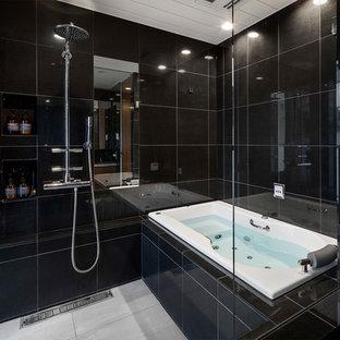 東京23区のコンテンポラリースタイルのおしゃれなマスターバスルーム (ドロップイン型浴槽、黒いタイル、黒い壁) の写真