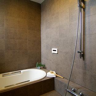 На фото: ванная комната в восточном стиле с накладной ванной, открытым душем, серыми стенами, серым полом и открытым душем с