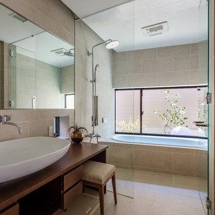東京23区のコンテンポラリースタイルの浴室・バスルームの画像 (フラットパネル扉のキャビネット、中間色木目調キャビネット、アルコーブ型浴槽、オープン型シャワー、ベージュの壁、ベッセル式洗面器、木製洗面台、ベージュの床、オープンシャワー)