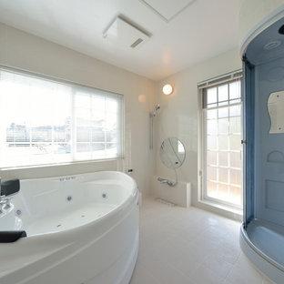 横浜のビーチスタイルの浴室・バスルームの画像 (コーナー型浴槽、アルコーブ型シャワー、白い壁、引戸のシャワー)