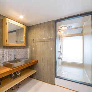 Пример оригинального дизайна интерьера: маленькая ванная комната в стиле лофт с двойным душем, разноцветной плиткой, плиткой мозаикой, душевой кабиной, столешницей из нержавеющей стали, открытым душем и коричневой столешницей