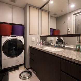 東京23区のコンテンポラリースタイルのおしゃれな浴室 (フラットパネル扉のキャビネット、濃色木目調キャビネット、大理石の洗面台、白い床) の写真
