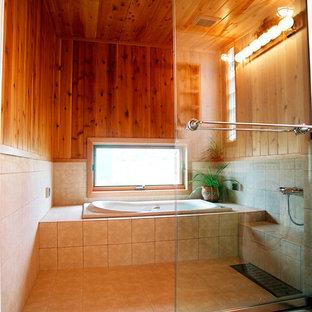 他の地域のラスティックスタイルのおしゃれな浴室 (コーナー型浴槽、オープン型シャワー、マルチカラーの壁、茶色い床、オープンシャワー) の写真